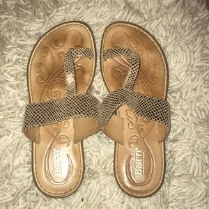 Sandals with gold hint